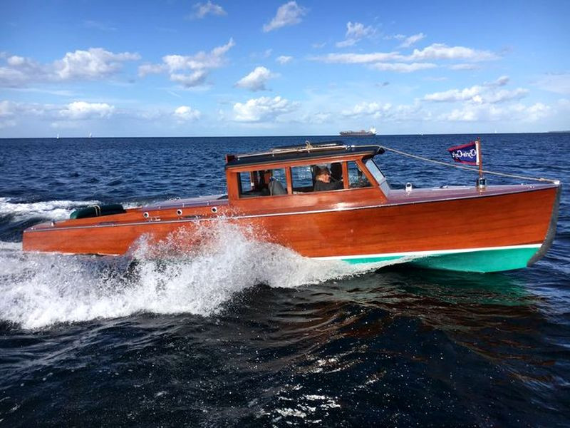CHRIS CRAFT SEDAN 26`