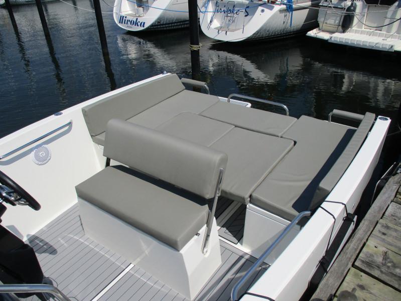 Nuva Yachts M6 cabin